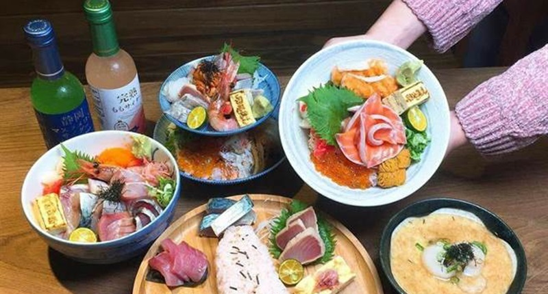 肥貓漁夫主打各式海鮮丼飯,選用每日由宜蘭大溪漁港直送漁獲,深受不少饕客喜愛。(肥貓漁夫提供)