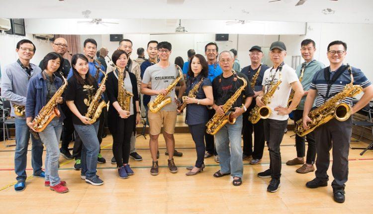 留法薩克斯風老師李宗澤(中)將薩克斯風「重奏」的形式帶回宜蘭,並與宜蘭社區大學的風動重奏團一同成長。(杜宜諳攝)