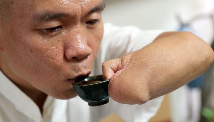 斷臂後的人生,身體與心理重建路漫漫,有了腳趾的幫忙,現在自己喝杯茶已經不是難事。(陳信翰攝)